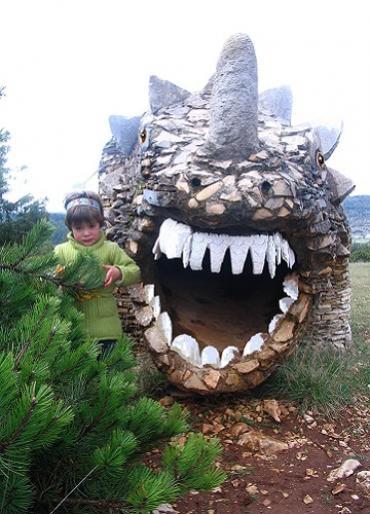 Un dinosaure en pierre et MosaIque
